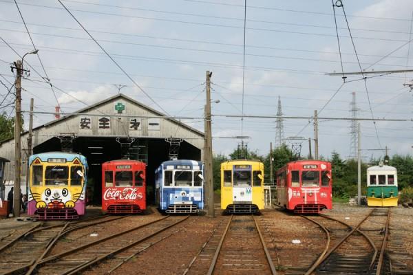 万葉線車庫前での電車の並び