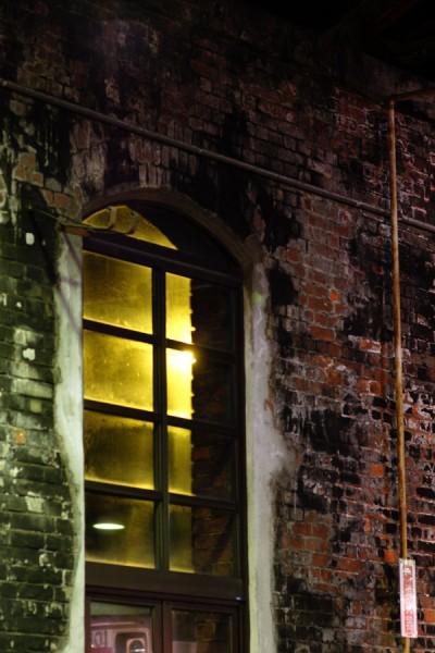 レンガ車庫の窓