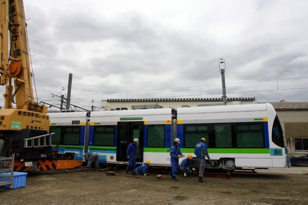 南富山車両基地に到着した新型連接車両 T100
