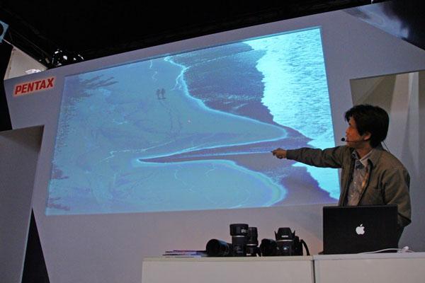 PENTAXブースで645Dについて熱く語る吉村和敏氏