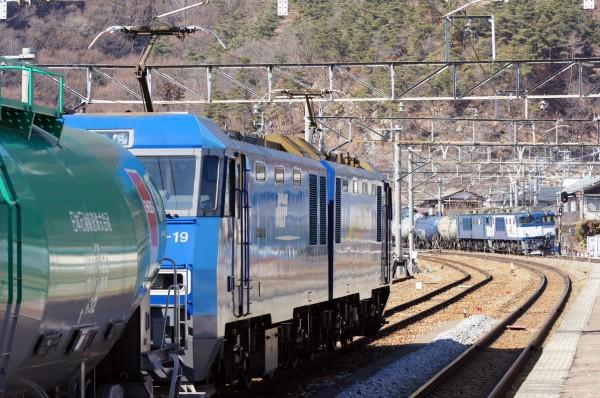 坂城で出発待ちの EH200-19 8761レ と西上田へ向けて通過する EF64 牽引の 8764レ