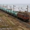 日本海沿いを行く石油輸送列車
