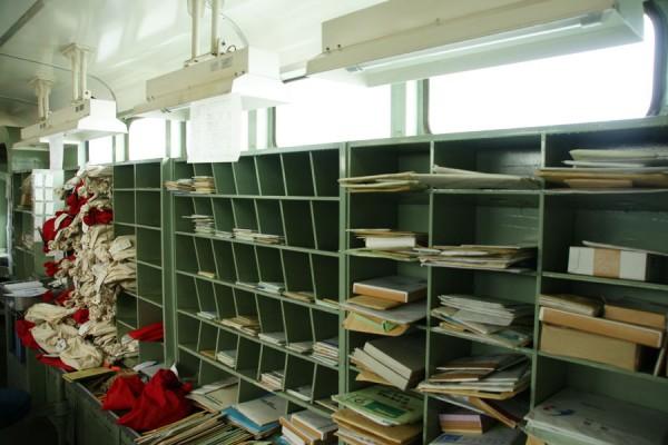 かつての郵便車の室内が再現されている様子