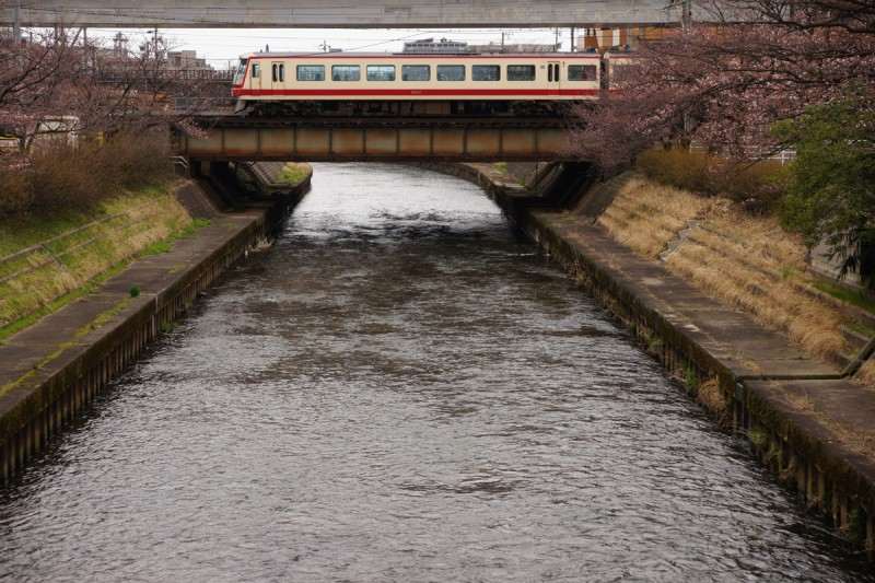 いたち川の橋梁を渡る地鉄16010形