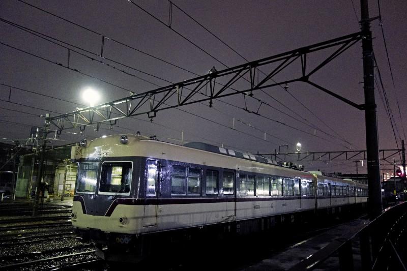 2013-02-13 稲荷町駅  Sony DSC-RX100 d彫り優先F1.8 ISO1600 WB:蛍光灯